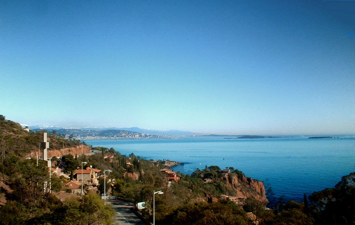 living room, bed room, cabin for 2 childs, kitchen with dish washer  and washing machine, large terrace, fine view over the bay of Cannes * TH 217 *