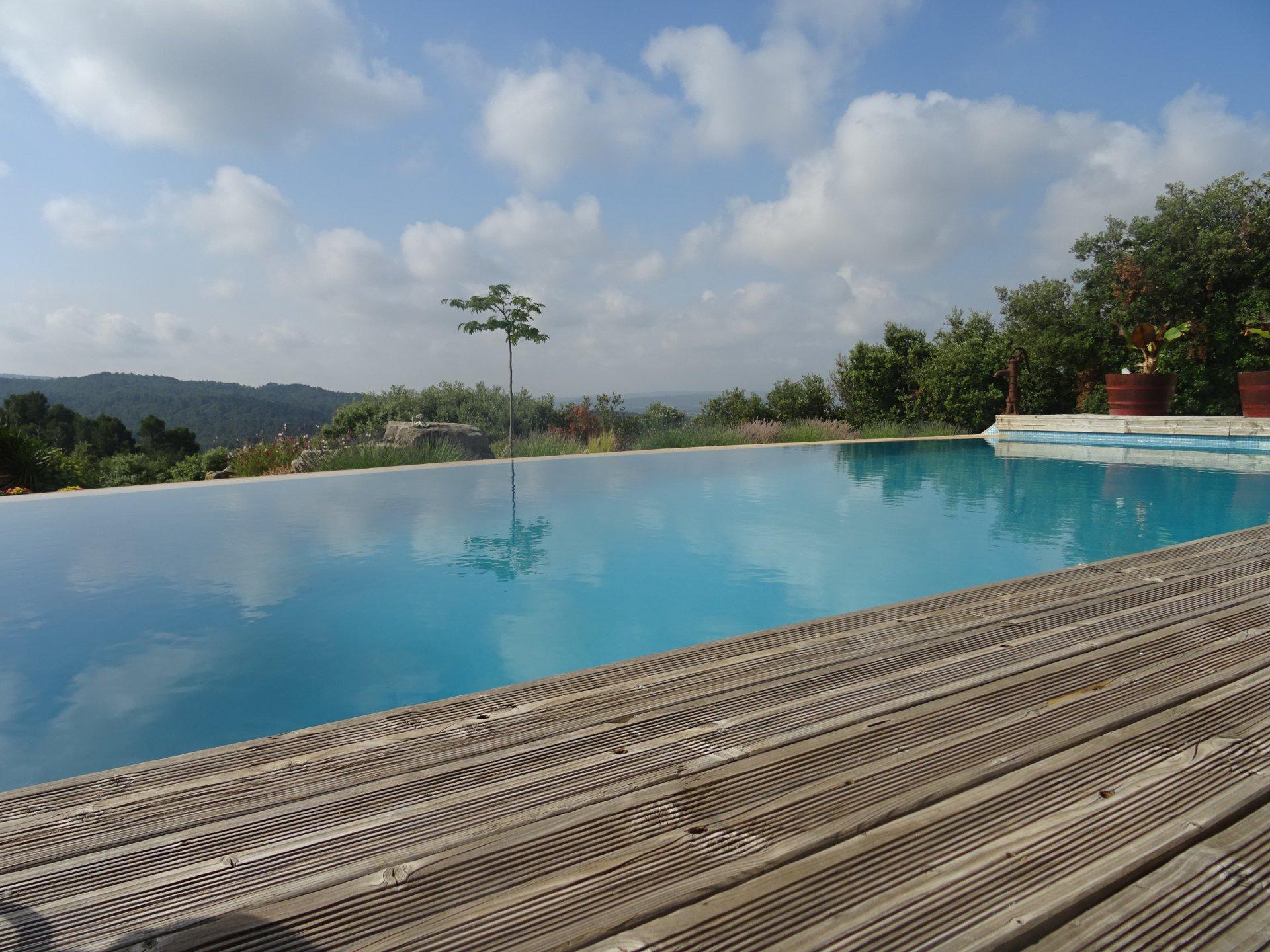 piscine a debordement vue panoramique chaines des pyrenees