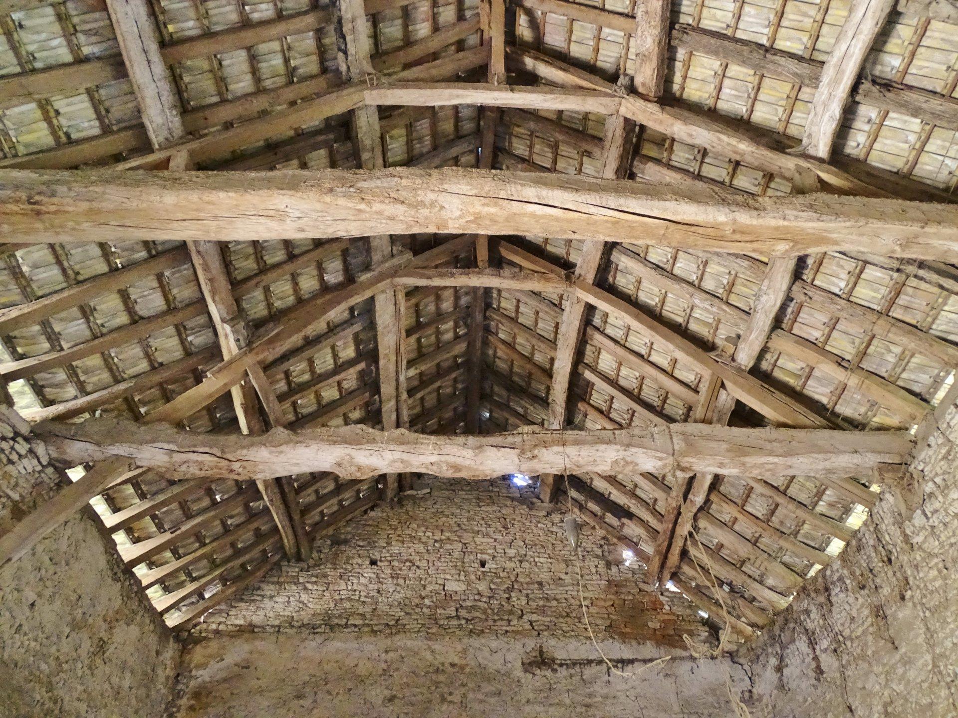 BIEN IMMOBILIER SOUS COMPROMIS DE VENTE. Située sur une terrain de 1 120 m², venez découvrir cette grange de 130 m² au sol où tout reste à faire. Possibilité de faire au moins 2 niveaux. Deux maisonnettes non habitables en l'état font aussi parties de la vente. L'une accolée à la grange, l'autre tout de suite sur la gauche en rentrant sur le terrain.  Situé au calme. Idéal pour artisan ou pour budgets importants. Visite à 360° sur notre site. Honoraires à la charge des vendeurs.
