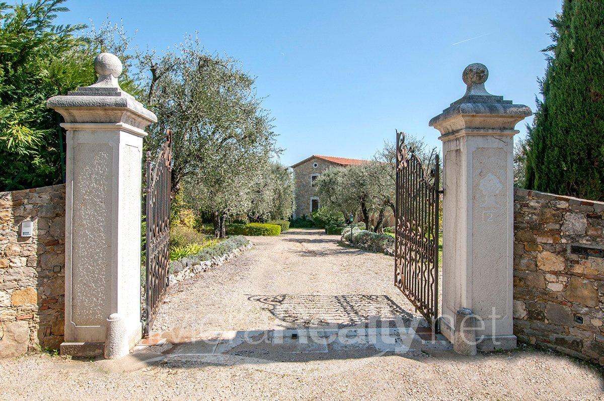 4 bedroomed, 270m2 stone bastide in Opio for sale