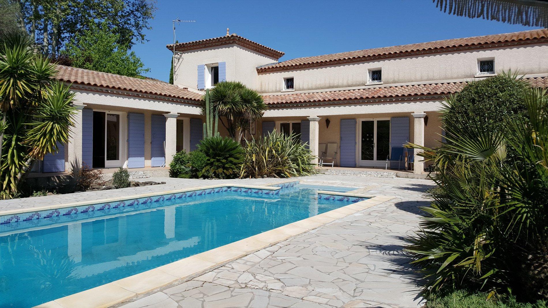 Magnifique villa avec piscine et situation privilégiée dans le village.