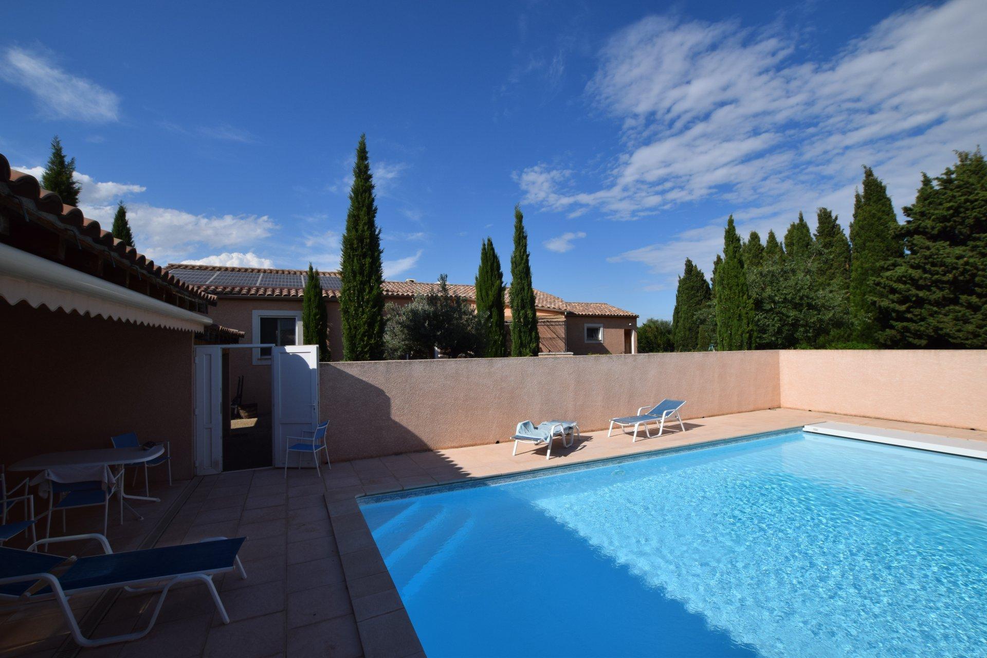 Maison de plain pied avec beau jardin et piscine