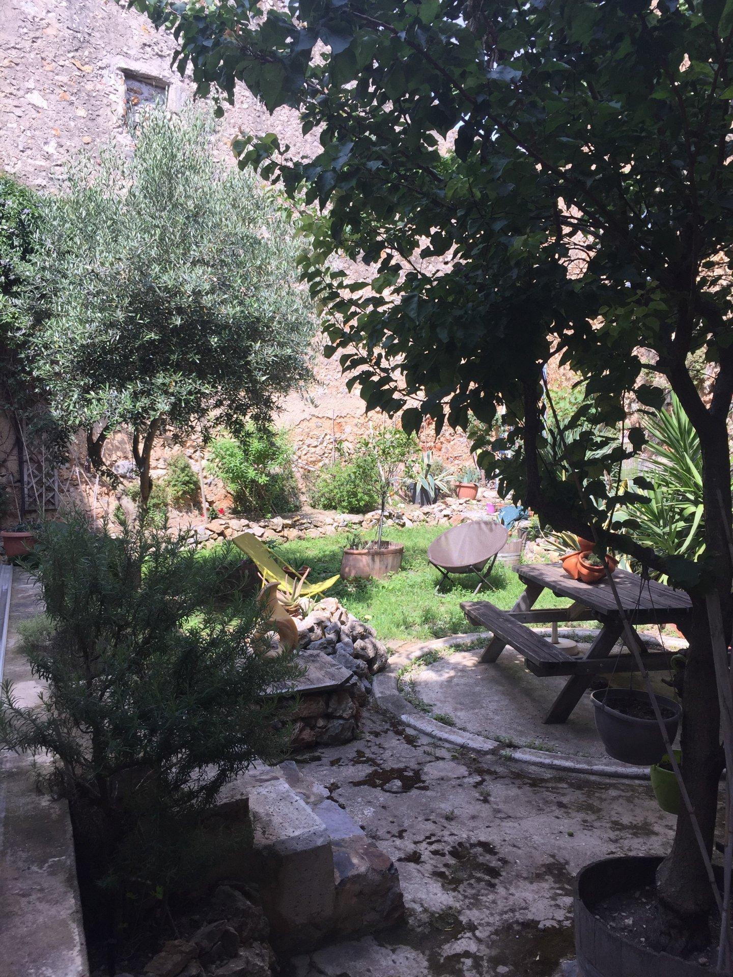 Demeure de caractère en pierres avec jardin
