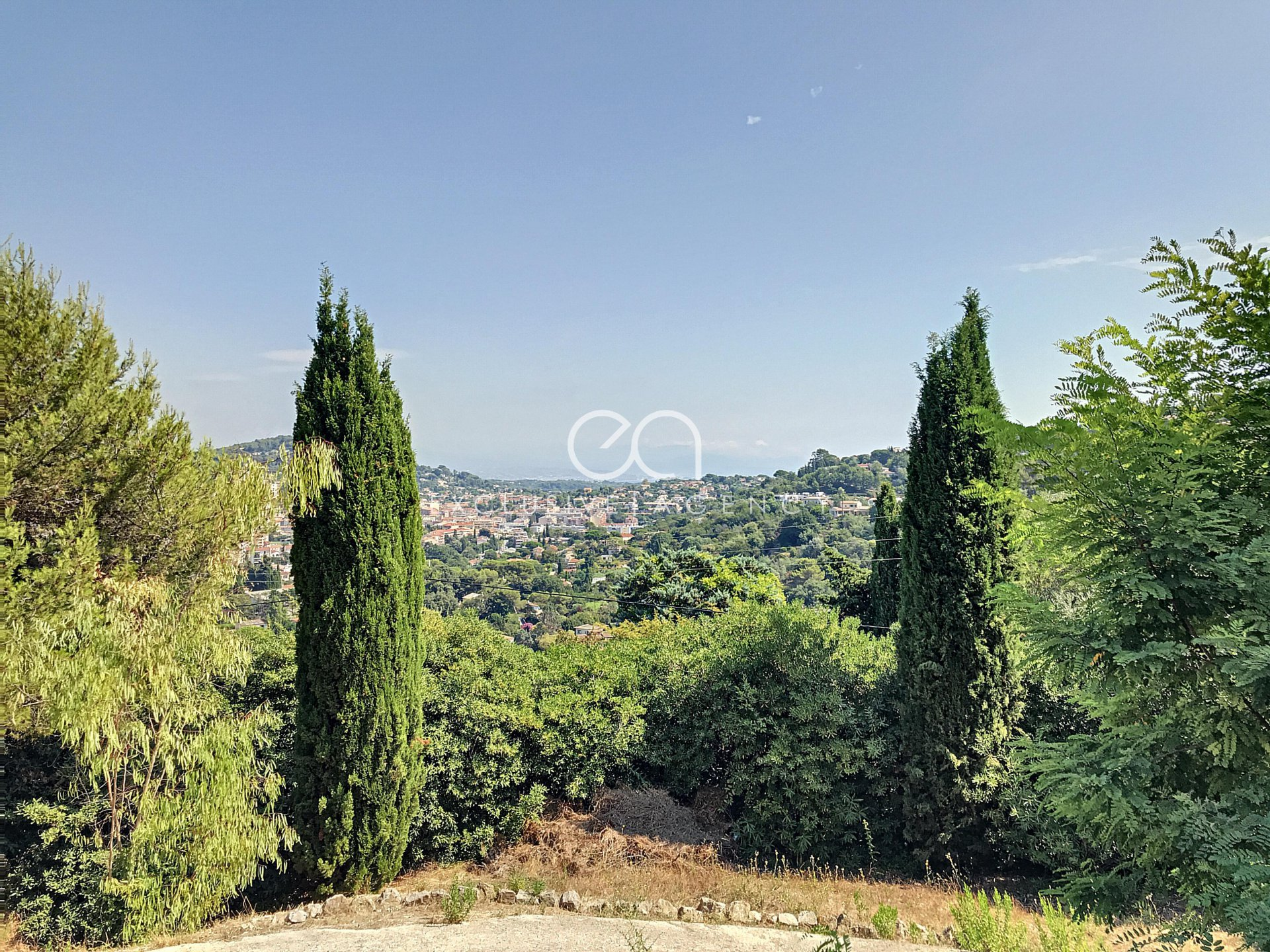 FOR SALE in Super-Cannes area Villa of 254sqm with swimming pool and sea ​​overview