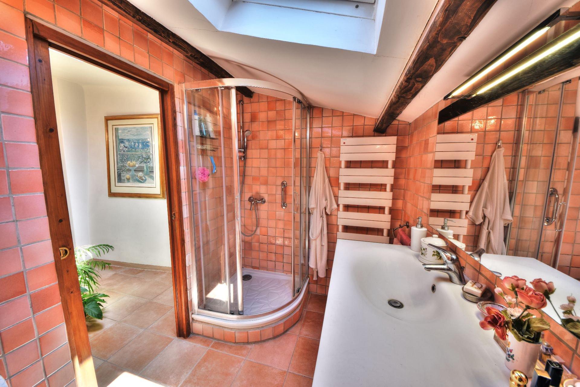 Salle de douche du 1er étage de la Maison de village rénovée avec garage et remise Aups, Var, Provence, Verdon