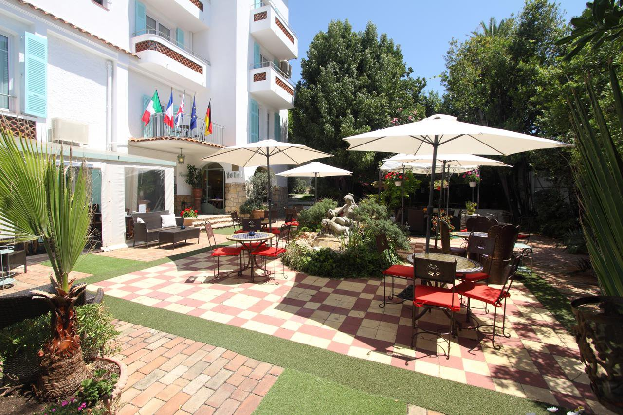 Hotel in town centre just 200m from the beach!