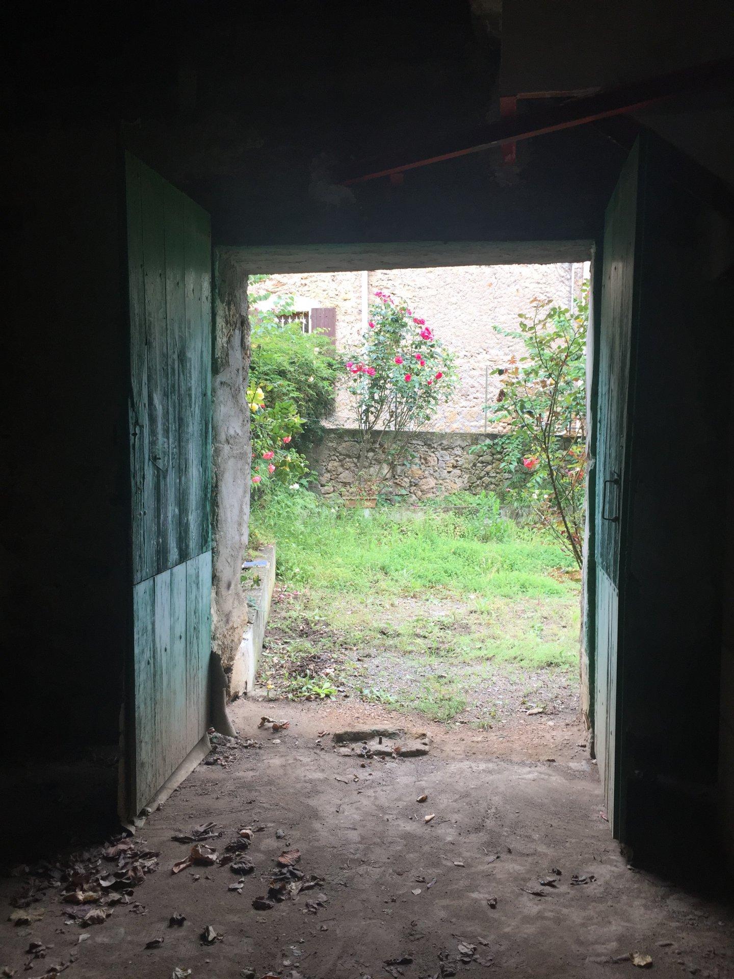 Maison de village en pierres avec jardin + grange + cave + abri en pierres