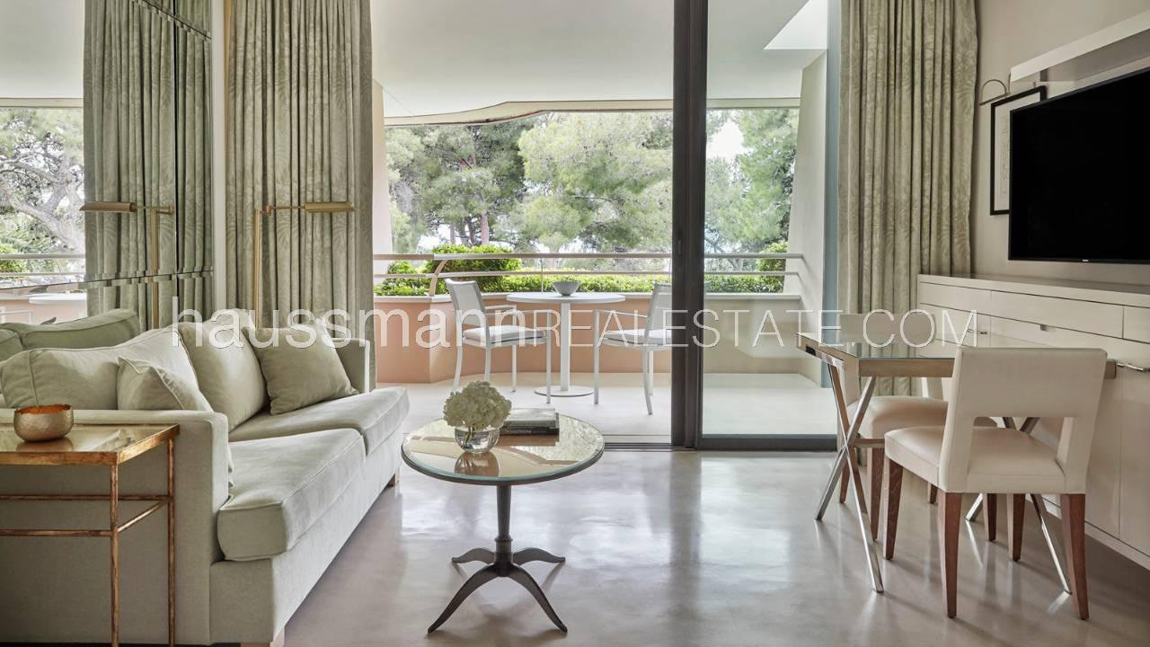 Property located at the tip of Cap Ferrat with tennis and swimming pool
