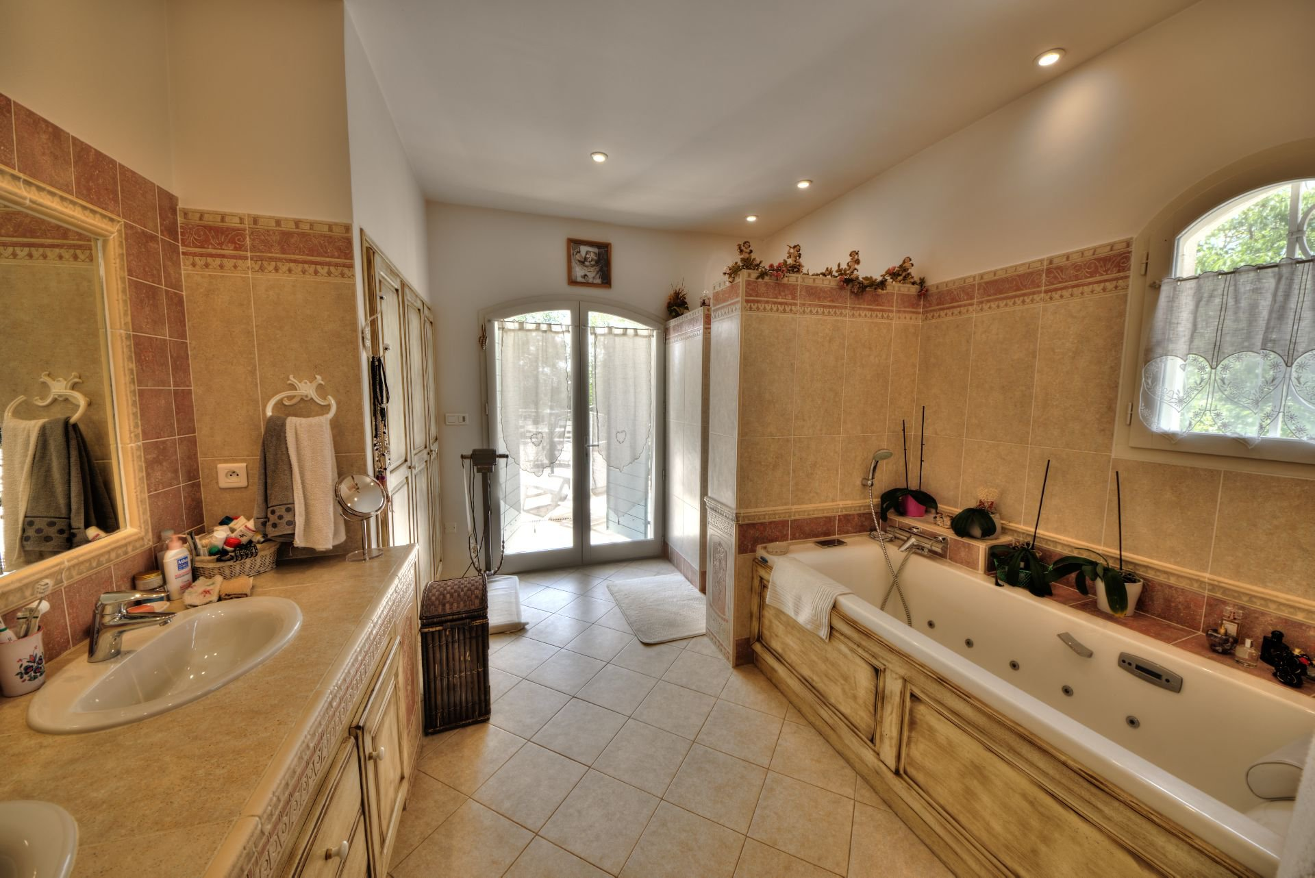 Salle de bains, lumière naturelle, carrelage