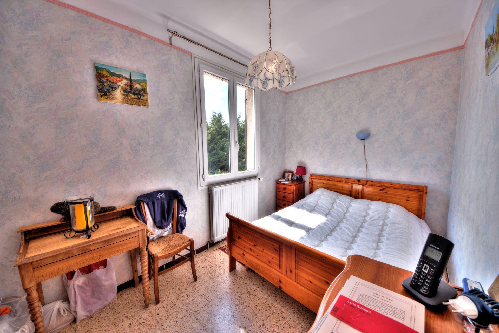Chambre 1 de la Maison élevée d'un étage sur rez de jardin, terrain de 5000 m² divisible, Aups, Provence, Verdon