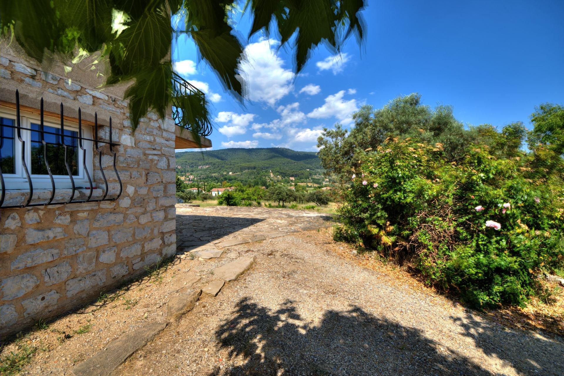 Maison élevée d'un étage sur rez de jardin, terrain de 5000 m² divisible, Aups, Provence, Verdon