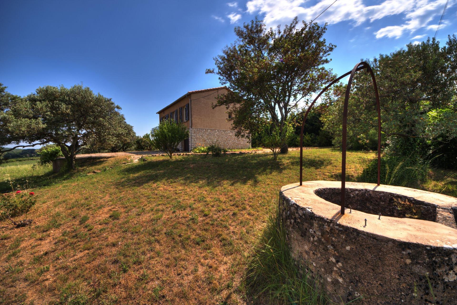 Puit de la Maison élevée d'un étage sur rez de jardin, terrain de 5000 m² divisible, Aups, Provence, Verdon