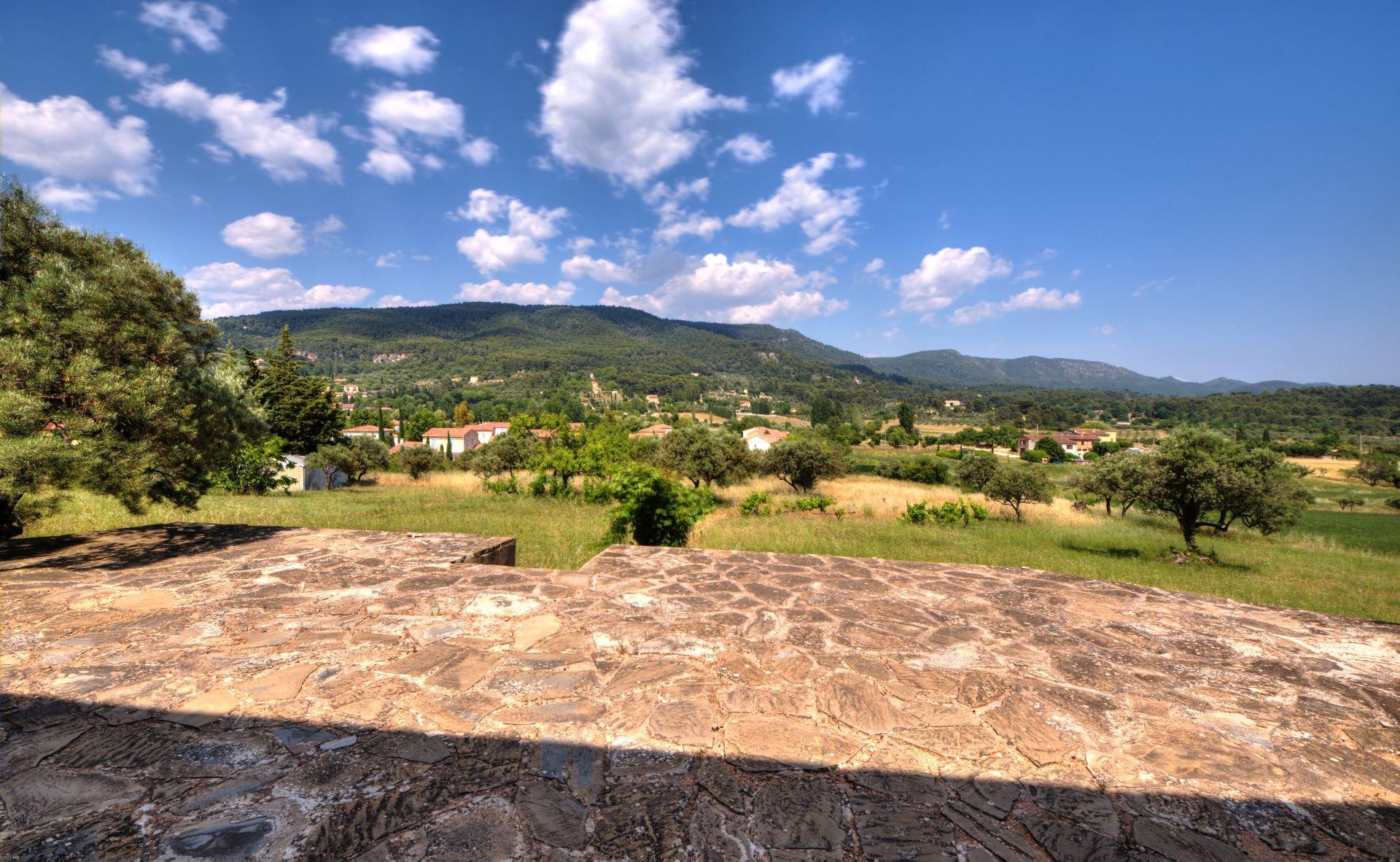 Vue de la Maison élevée d'un étage sur rez de jardin, terrain de 5000 m² divisible, Aups, Provence, Verdon