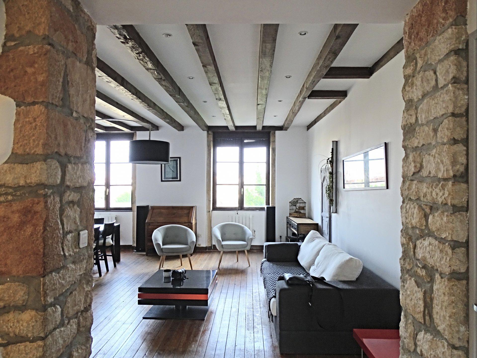 A deux pas du centre ville de Mâcon, au 1er étage d'une belle copropriété en pierre, venez découvrir cet appartement de charme offrant une surface de 145 m². Il se compose d'une belle entrée desservant trois chambres, une agréable pièce de vie, cuisine, une salle de bains et toilette. A l'étage, vous trouverez un bureau avec placards ainsi qu'une spacieuse chambre, une salle d'eau et toilette. Ce bien est également doté une très grande cave et un garage. Vous serez séduits par les jolies prestations que proposent cet appartement rénové tout en gardant le caractère de l'ancien. Faibles charges de copropriété (218 euros/ trimestre - 80 lots). Honoraires à la charge du vendeur.