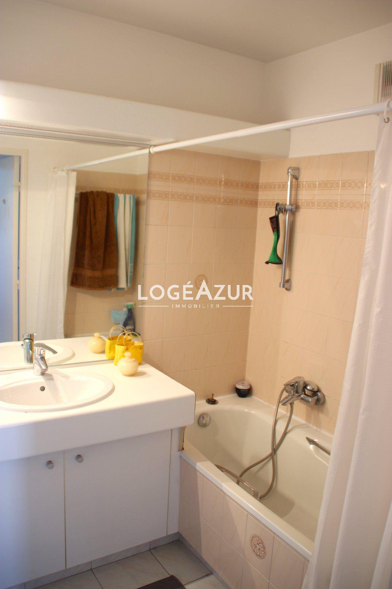 Sale 1 bedroom apartment - Parking - Cellar - Pool