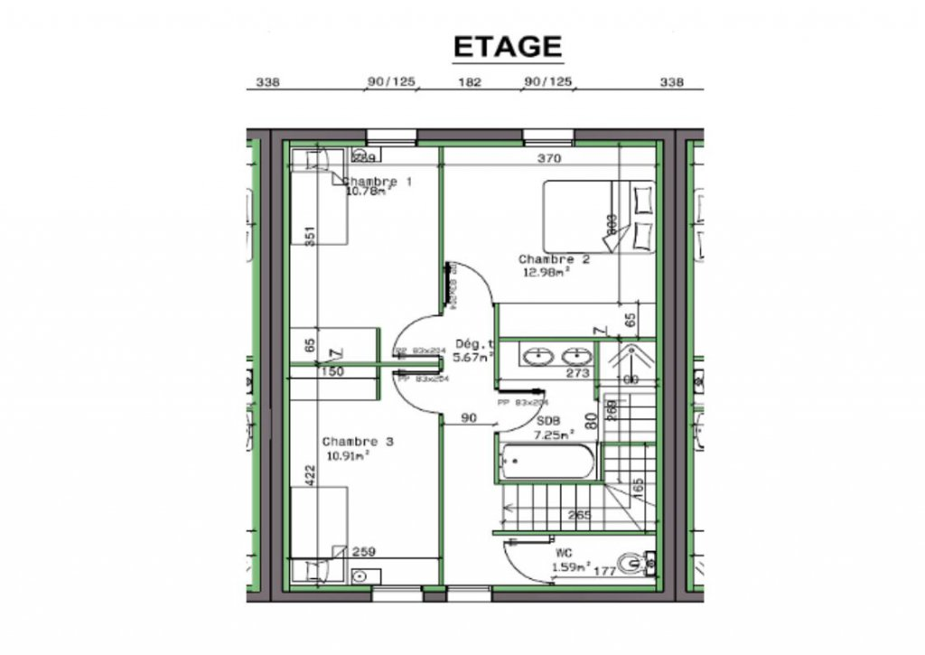Cette maison construite en 2017 vous offre de plain pied une pièce de vie principale de 40 m² donnant sur une terrasse bien exposée. L'étage se compose de 3 chambres avec placards intégrés et une grande salle de bains de presque 8 m² avec baignoire ET douche! Très bonnes prestations : normes BBC, chauffage au sol par pompe à chaleur, terrasse carrelée, terrain clôturé... Maison vendue entièrement terminée. Frais de notaires réduits.