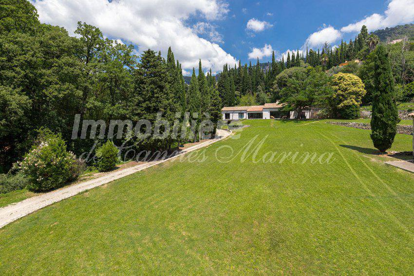 LE MOULIN DES EAUX VIVES Exceptional property on 17,000 m2 of flat land in a unique setting.