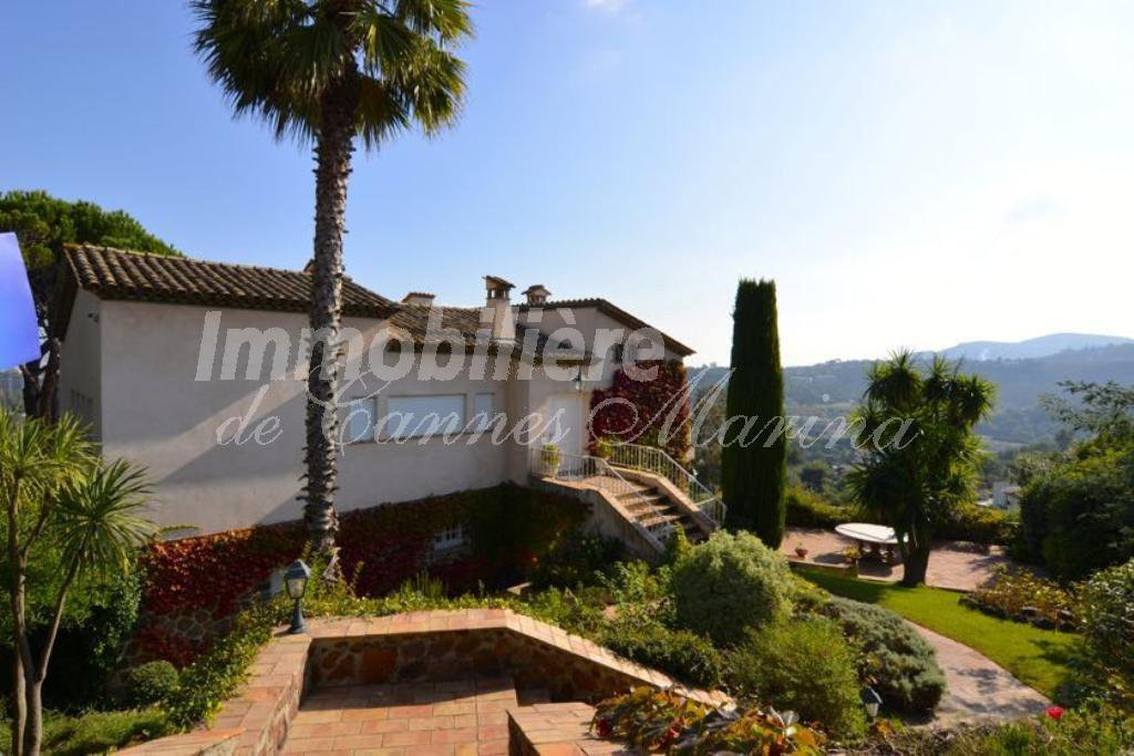 Wonderful property in a dominant position with panoramic sea views over the bay of Cannes.Located ...