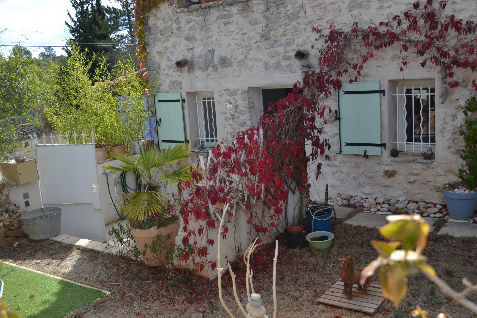 Stone house with 200 m² of garden, within 45 mins drive from the sea