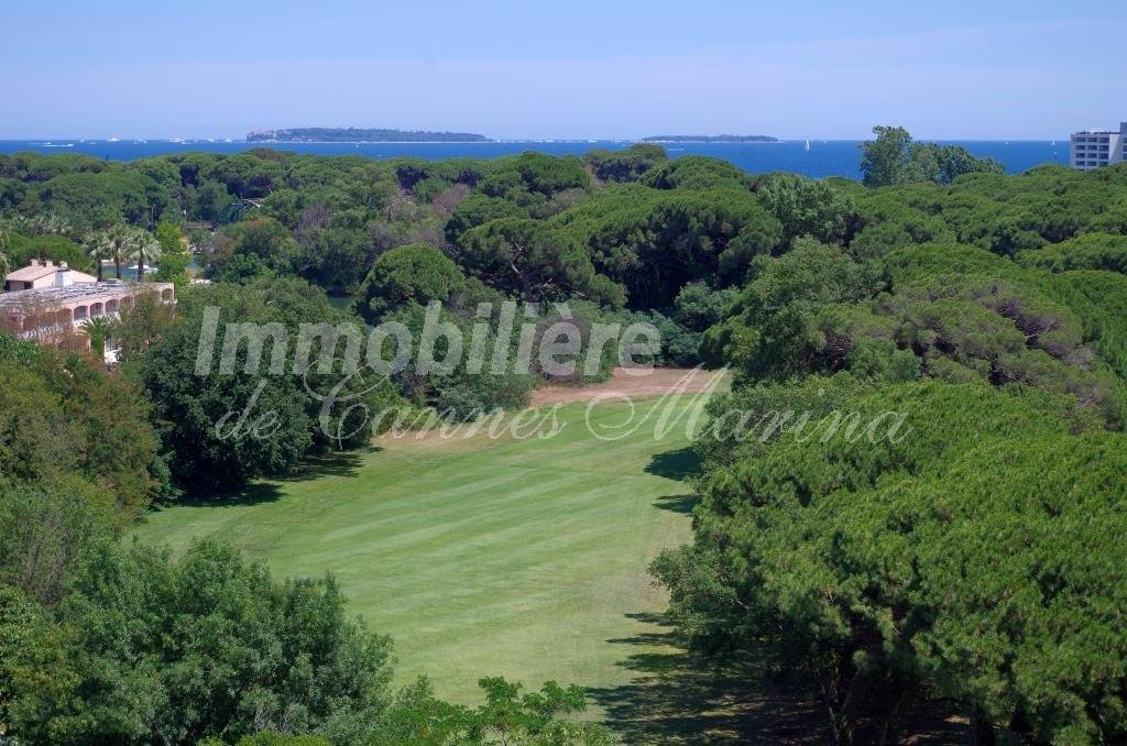 In a charming residence facing the Old golf course, 3 bedrooms apartment (98m²) on the last floor with ...