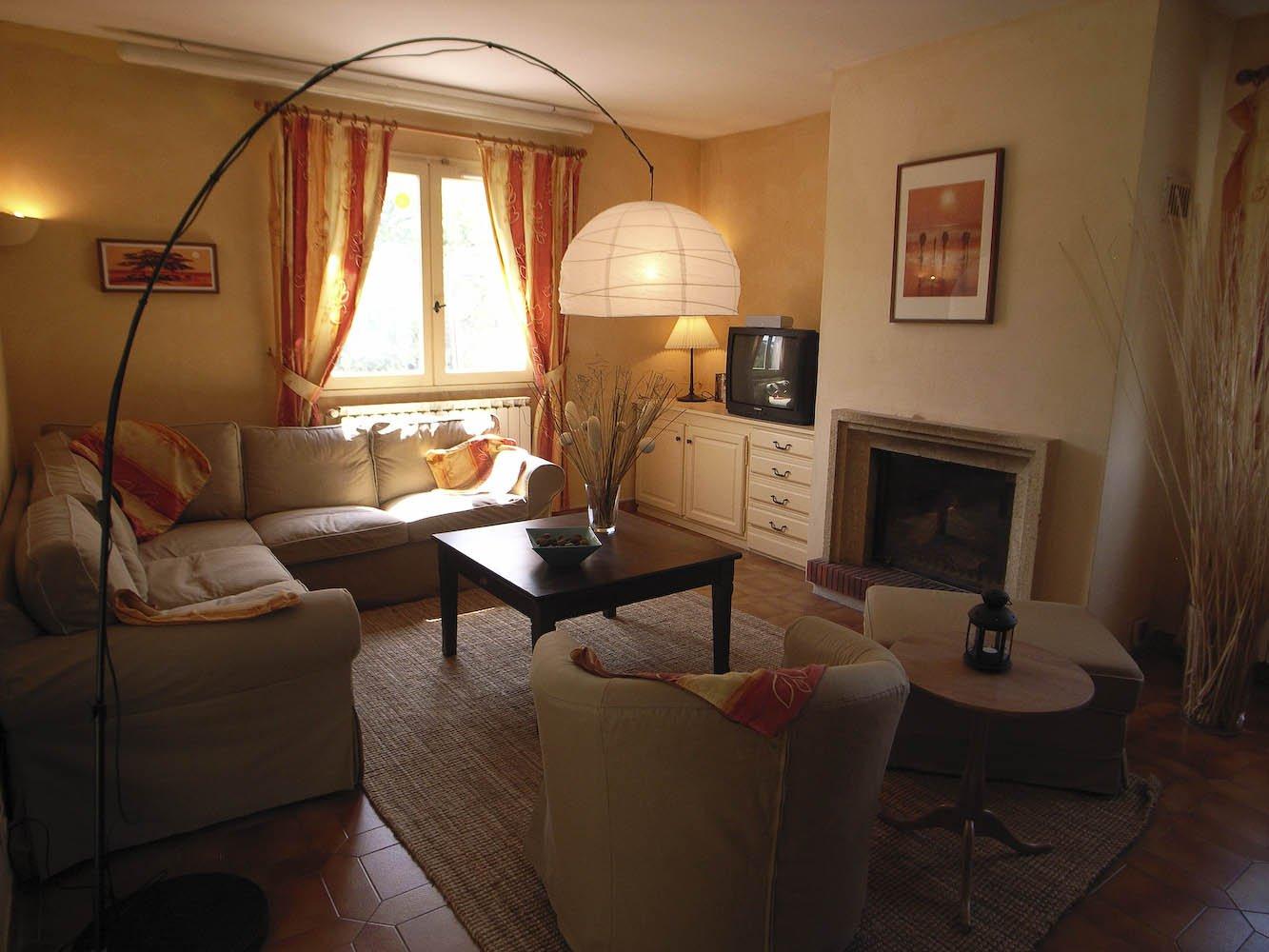 Salon, lumière naturelle, cheminée