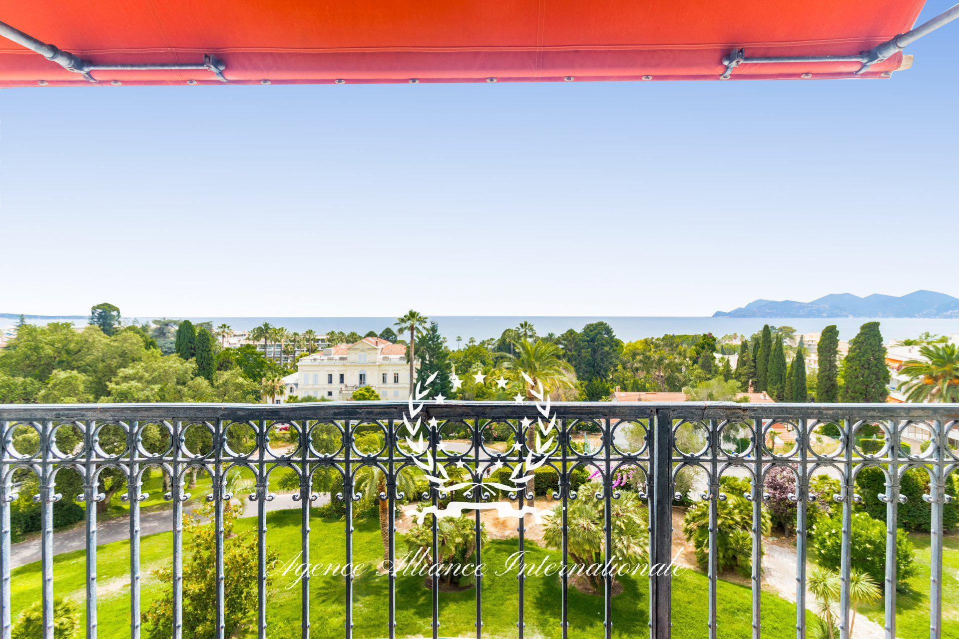 Apartment 146m2 Old Palace with Balcony Panoramic Sea View in Cannes Croix des Gardes