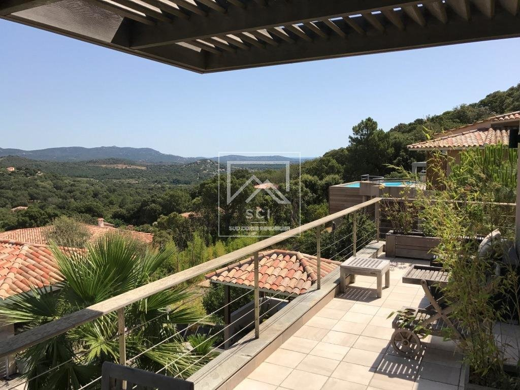 Porto-Vecchio, Contemporary villa 4 bedrooms with swimming pool in 2 ' of the beaches and the city center