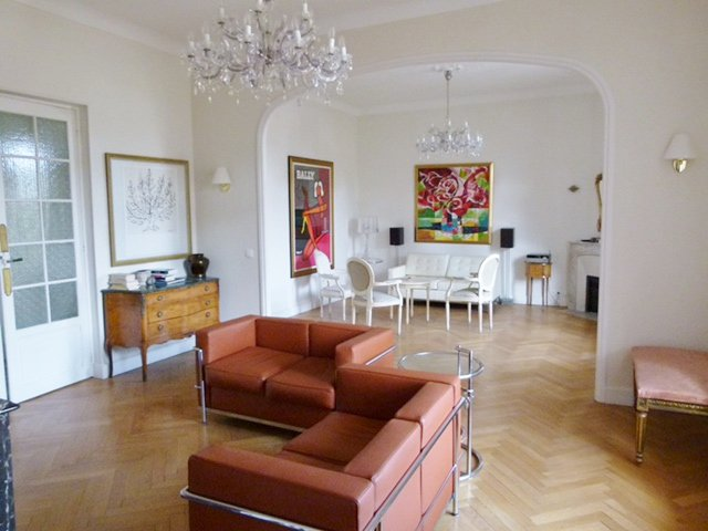 Living-room, chandelier, natural light, bay-window, wood floors