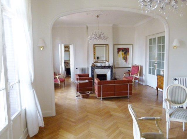 salon double, chandelier, natural light, high ceiling, wood floors