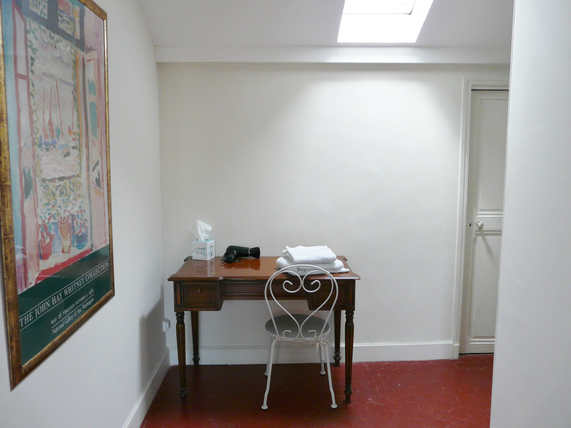 Chambre 2, skylight, wood floors, tile
