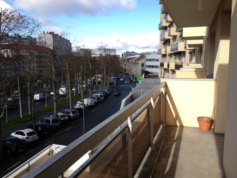 SAINT-ETIENNE -Appartement T3 de 67 m² avec balcon -  IMMEUBLE STANDING - CUISINE ÉQUIPÉE