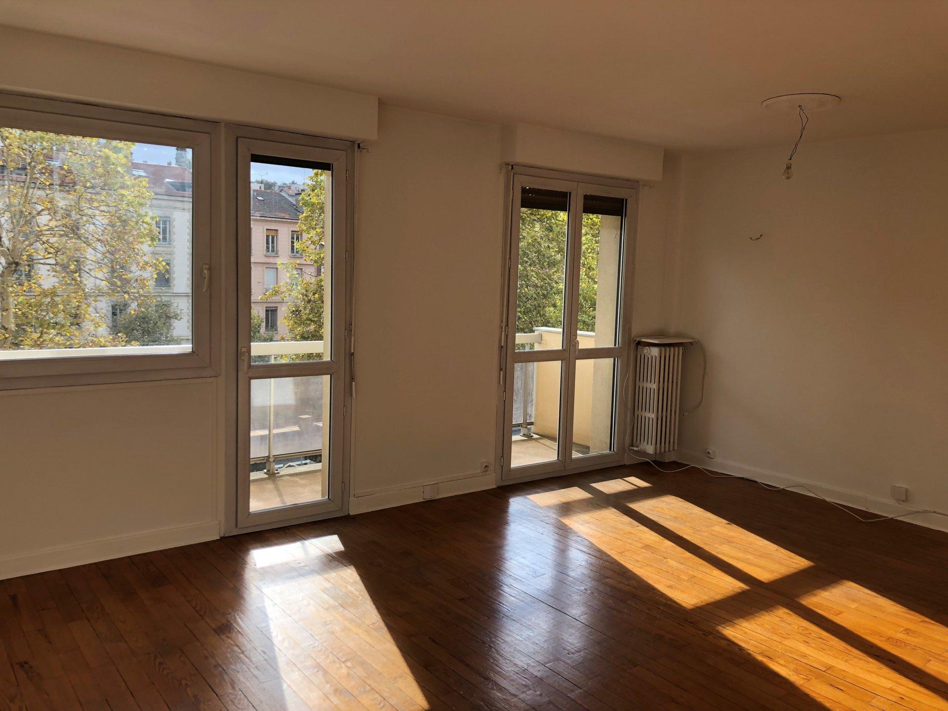 Appartement T3 de 67 m² avec balcon -  IMMEUBLE STANDING - COURS FAURIEL - CUISINE ÉQUIPÉE