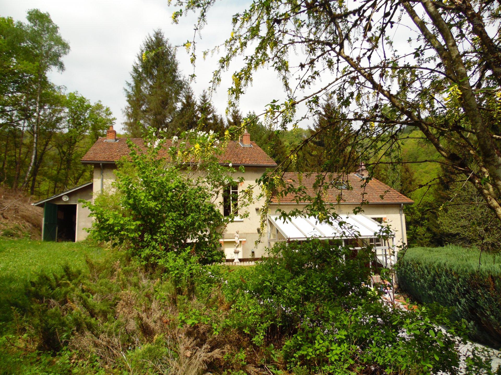 Te koop geheel van 2 huizen bij een rivier met mooi terrein.