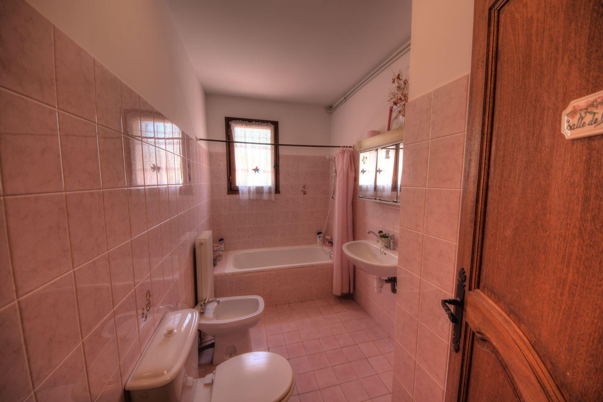 Salle de bains de la villa Régusse, Var, Verdon