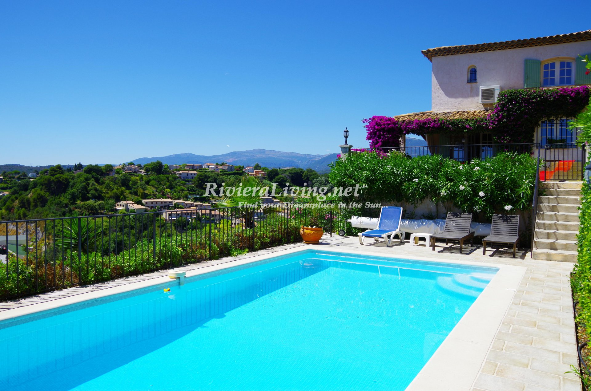 CAGNES SUR MER --- 	Luxurious and cozy provencal villa with pool and sea view facing Haut de Cagnes.