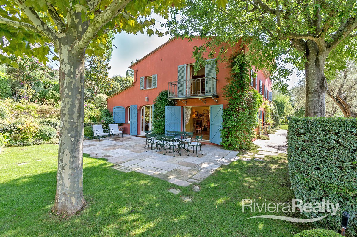 A superb country estate of some 5 hectares in beautifully maintained grounds