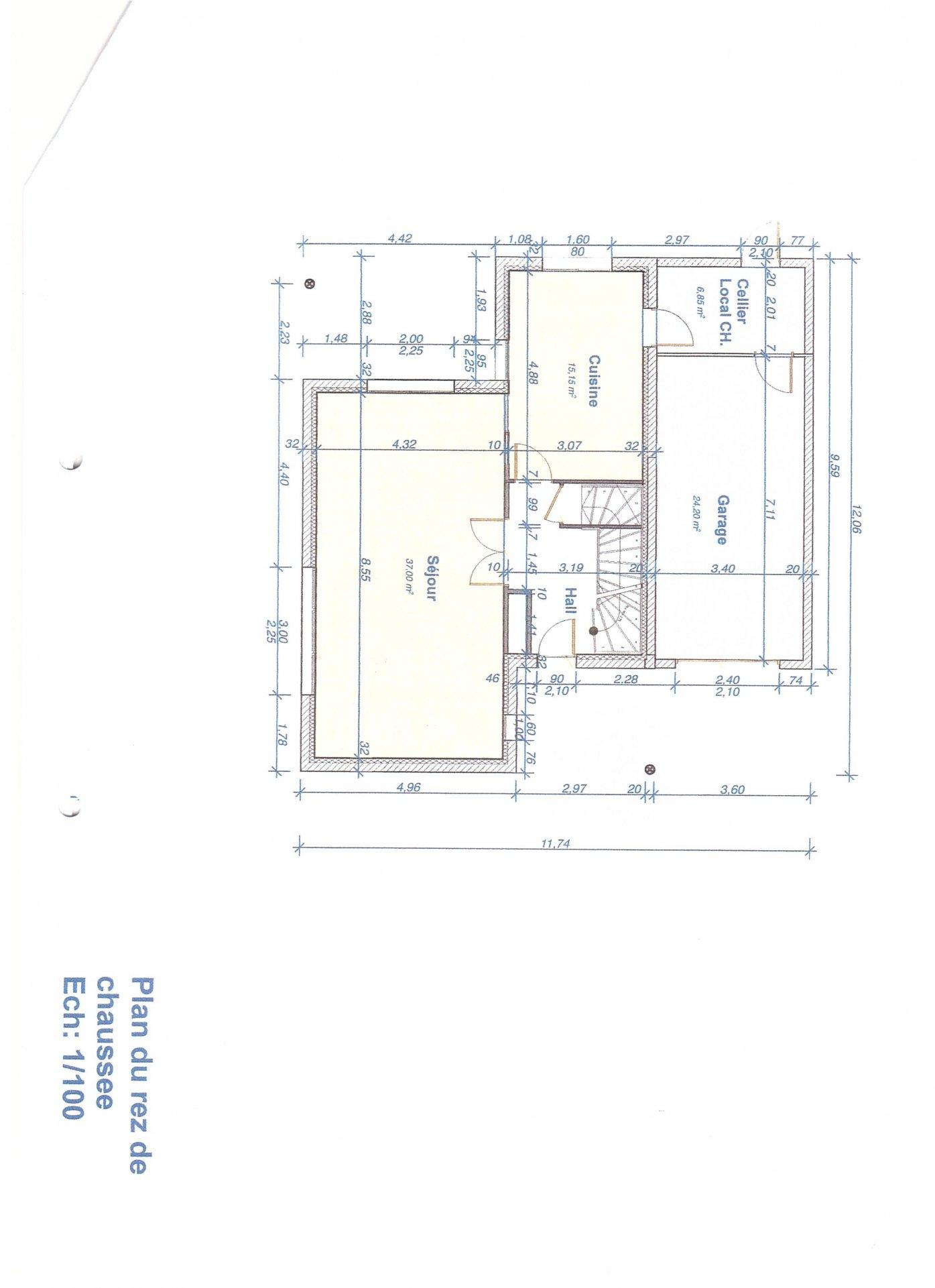 Cette construction de qualité de 135 m² environ offre de plain pied une vaste entrée desservant un agréable séjour de presque 37 m² et une cuisine entièrement aménagée. Ces deux espaces donnent directement sur une terrasse carrelée et bien exposée. A l'étage : 4 chambres de 11,8 à 15 m² et une grande salle de bains avec baignoire balnéo. Chauffage au sol par pompe à chaleur. Garage attenant et abris de jardin. Le tout sur un terrain facile d'entretien. Honoraires à la charge des vendeurs.