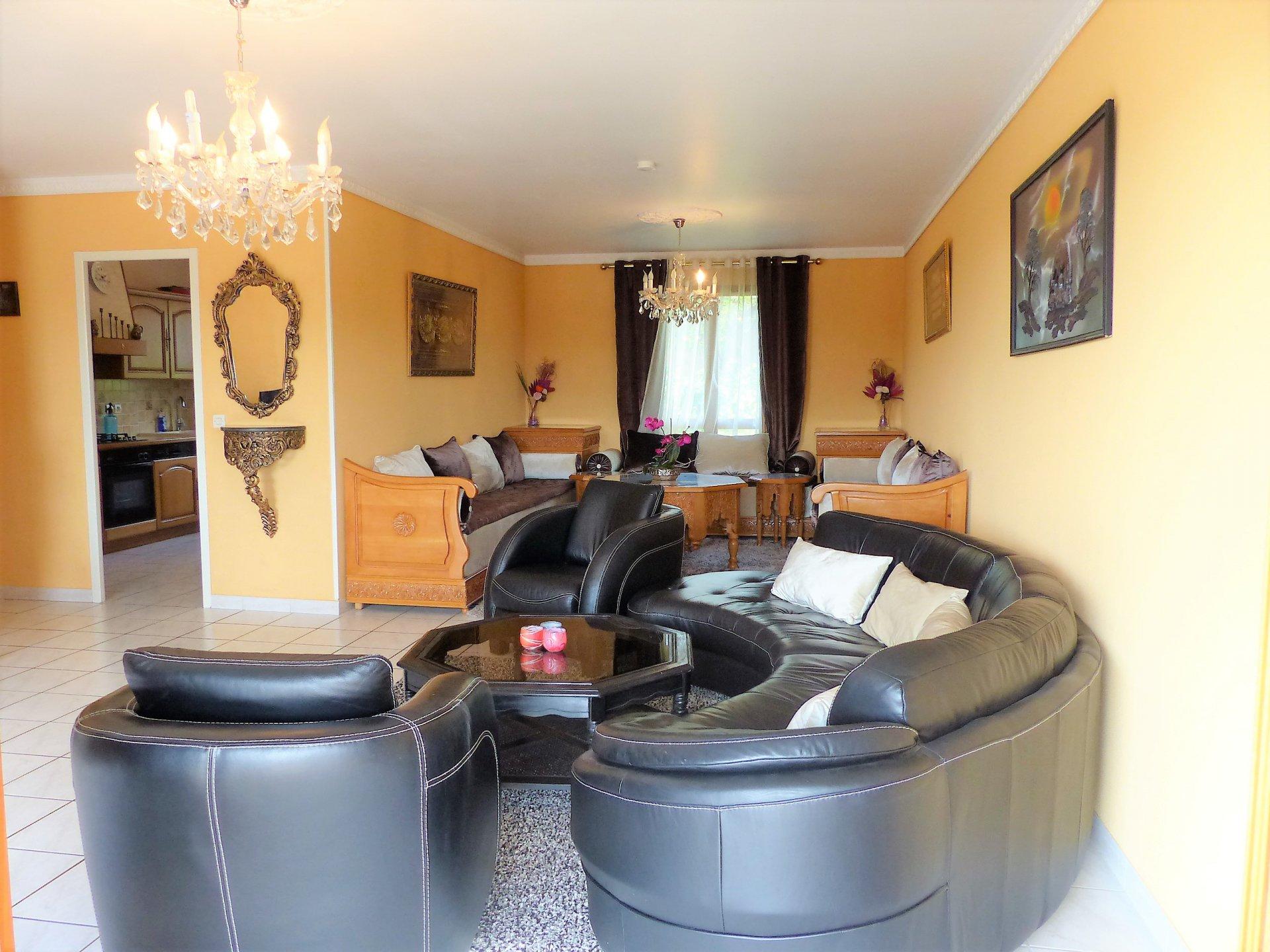 Maison aménagée sur deux niveaux, avec en rez de chaussée une cuisine, une chambre, un salon, un point d'eau et un grand garage de 29 m². Au premier étage vous pourrez trouver une seconde cuisine, un grand salon de 35.4 m², une salle de bain spacieuse de 7 m² et 3 belles chambres toutes équipées de placards muraux. Le tout sur un terrain de 752 m², entièrement clos où vous pourrez profiter d'un espace dédié aux arbres fruitiers et au jardinage. Possibilité de faire deux logements indépendants. Ce bien en parfait état, se trouve près de toutes les commodités, écoles ,parcs ... Honoraires à la charge des vendeurs.
