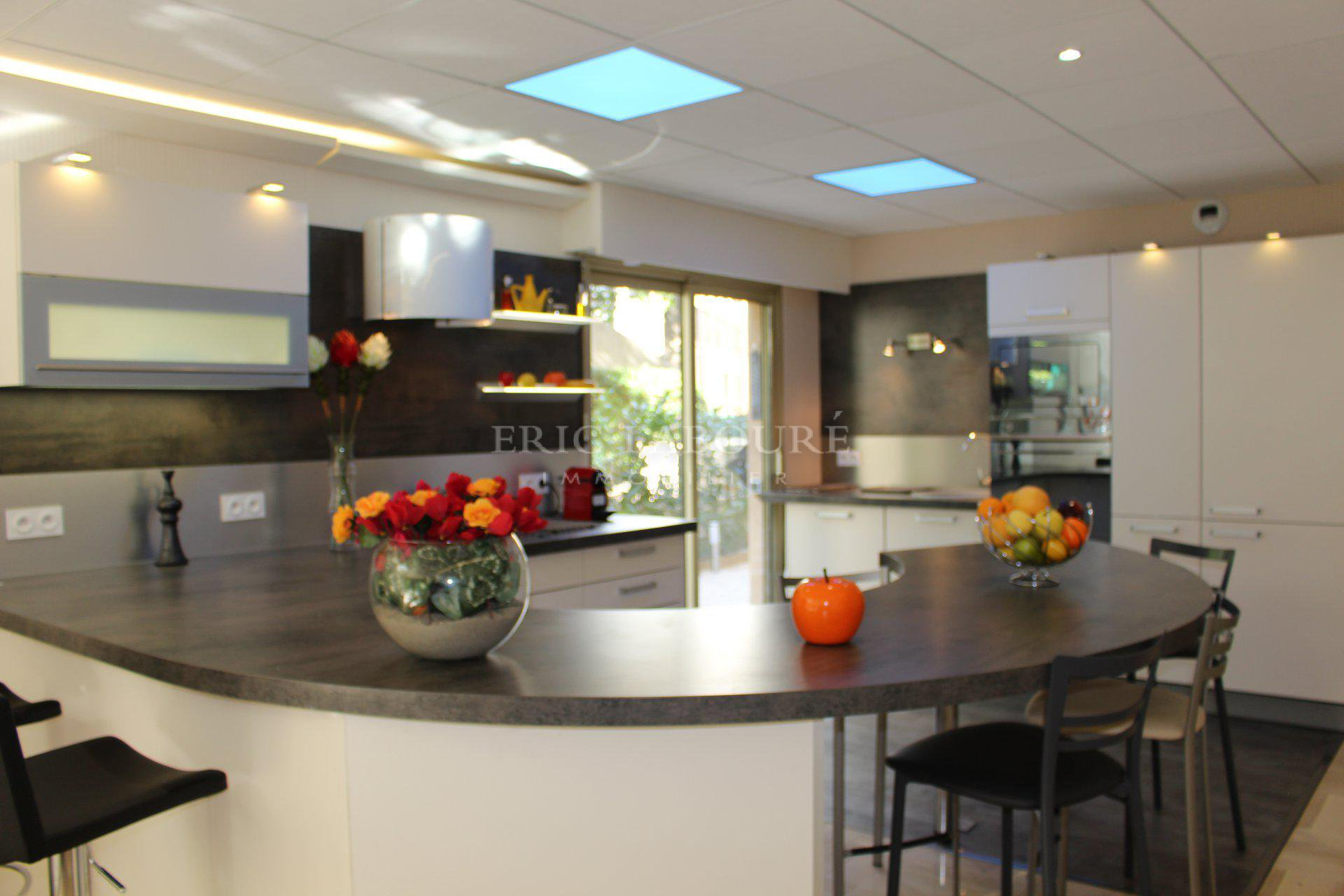 Skylight, natural light, kitchen bar, kitchen island