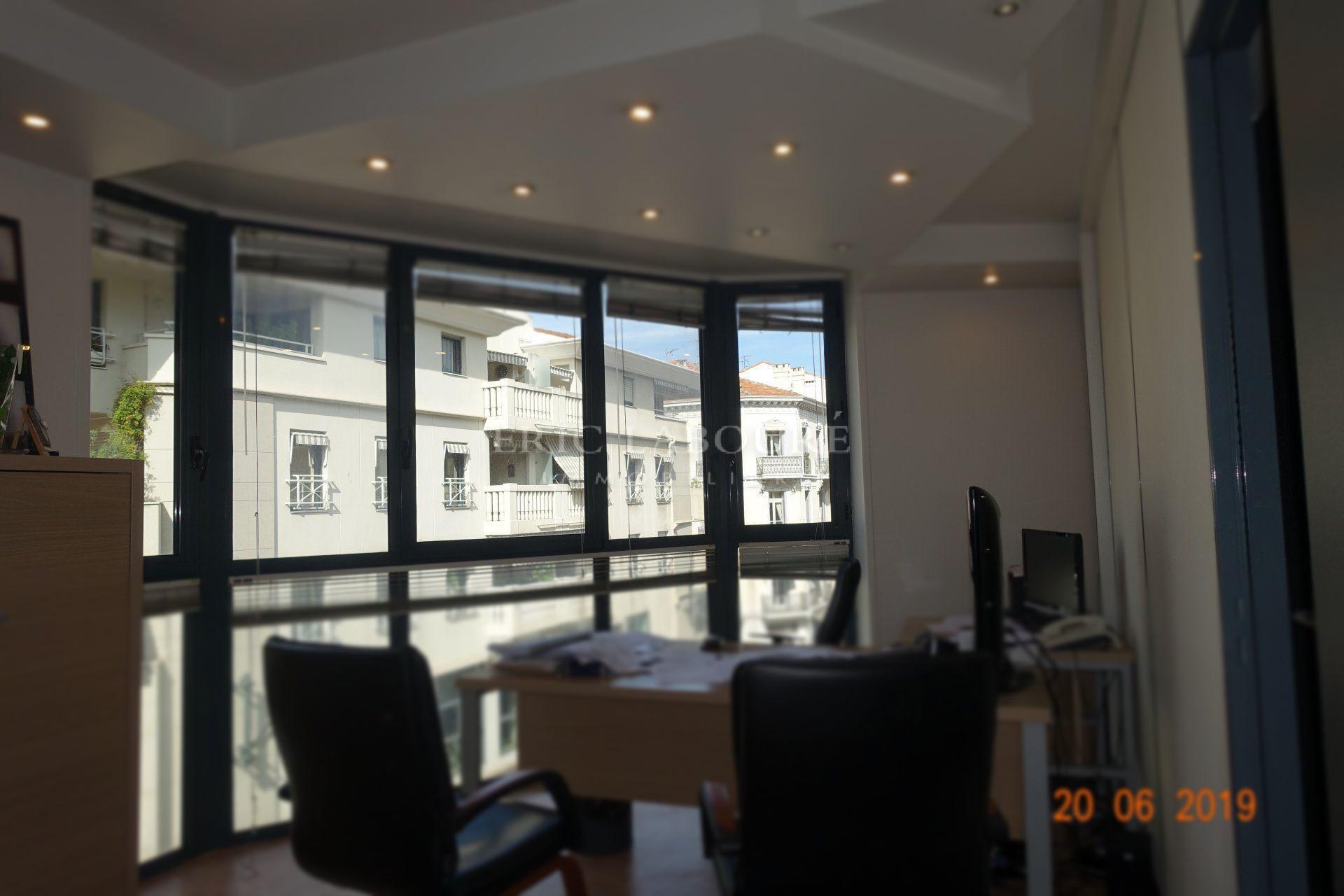 """Cannes,""""BANANE"""",proche parking public,dans immeuble de standing,bureaux 48m² en location"""