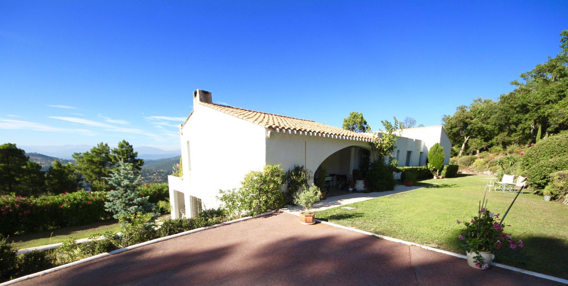 Fréjus - Les Adrets : Belle villa d'architecte 250m2 vue imprenable
