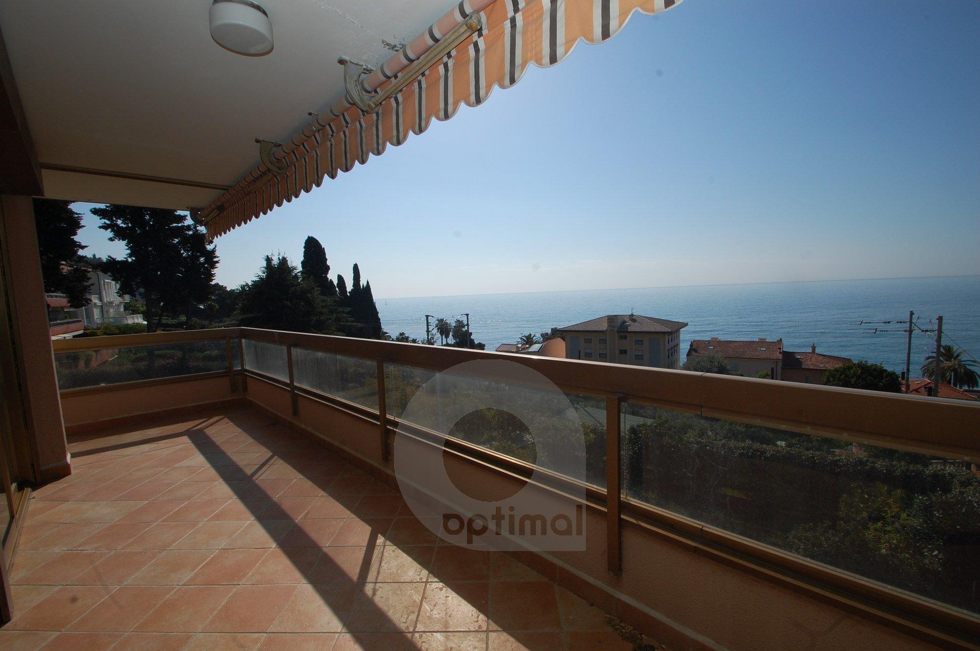 Bel bilocale moderno con grande terrazzo fronte mare e parcheggio privato