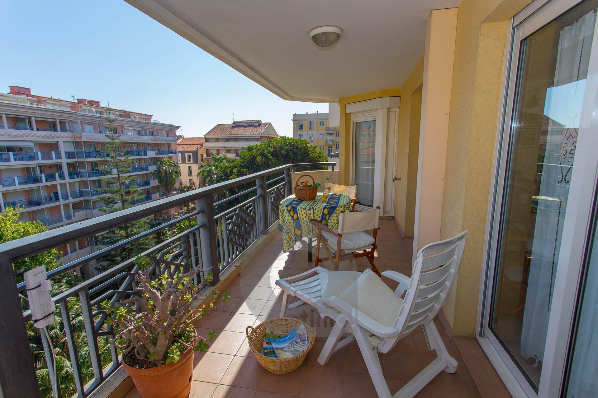In a city center close to the beach with private parking and quiet terrace