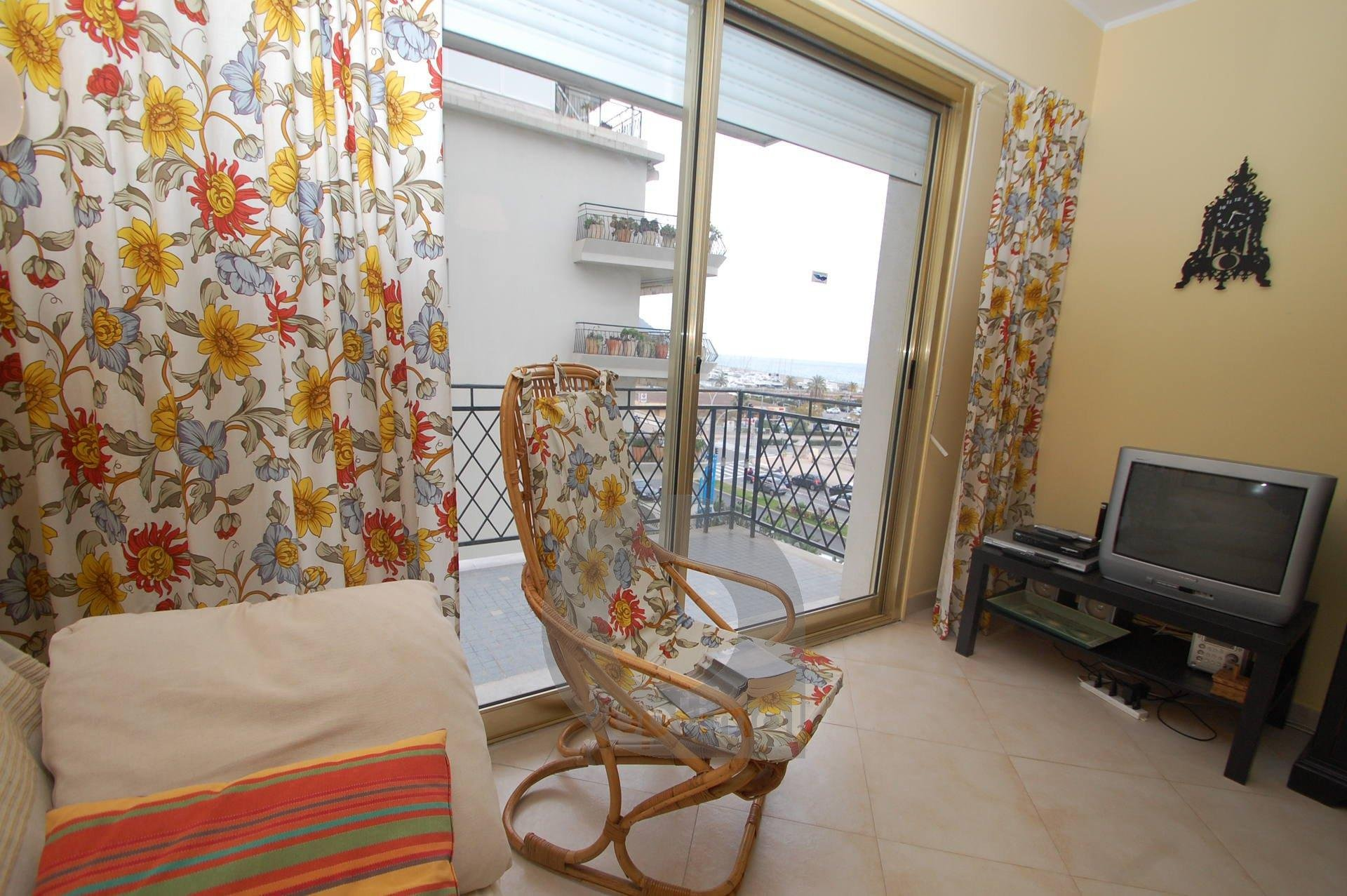 Beautiful 2 rooms apartment with terrace and lateral seaview very close to the center