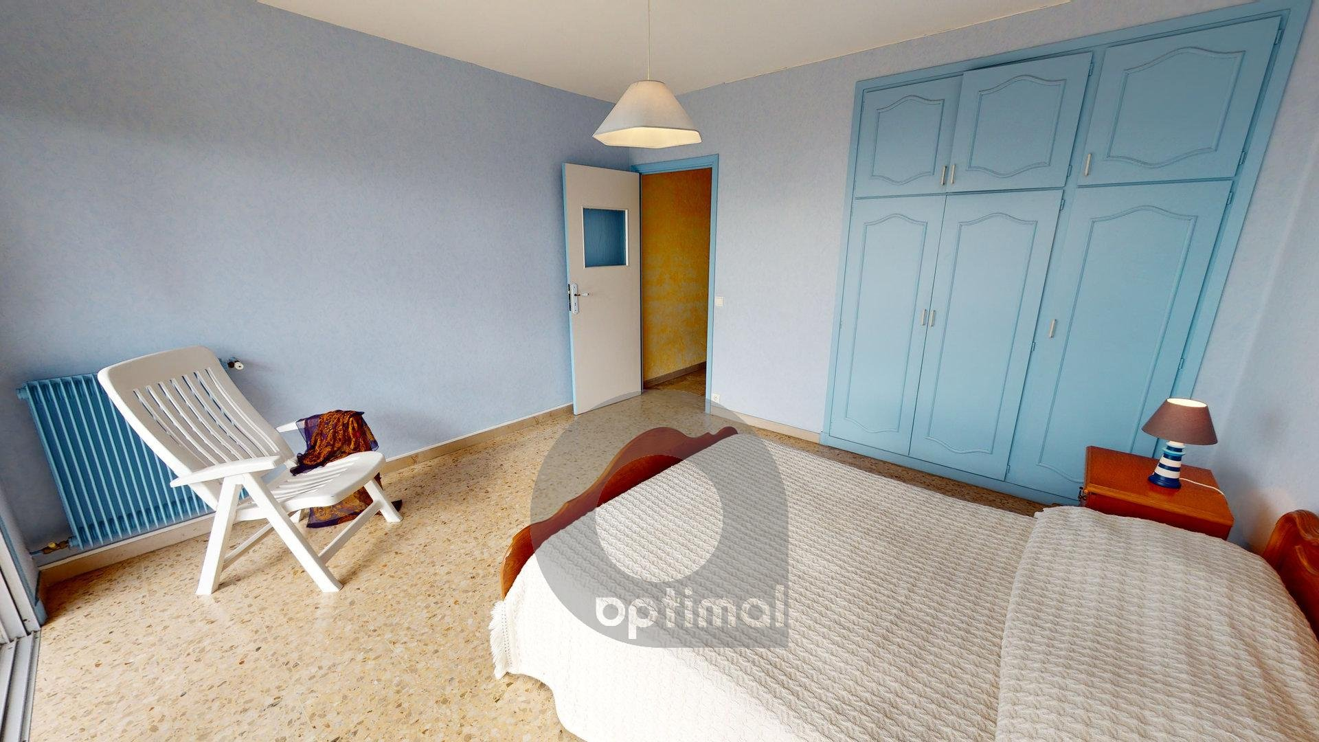Large 3 rooms apartment calm close to amenities with private parking
