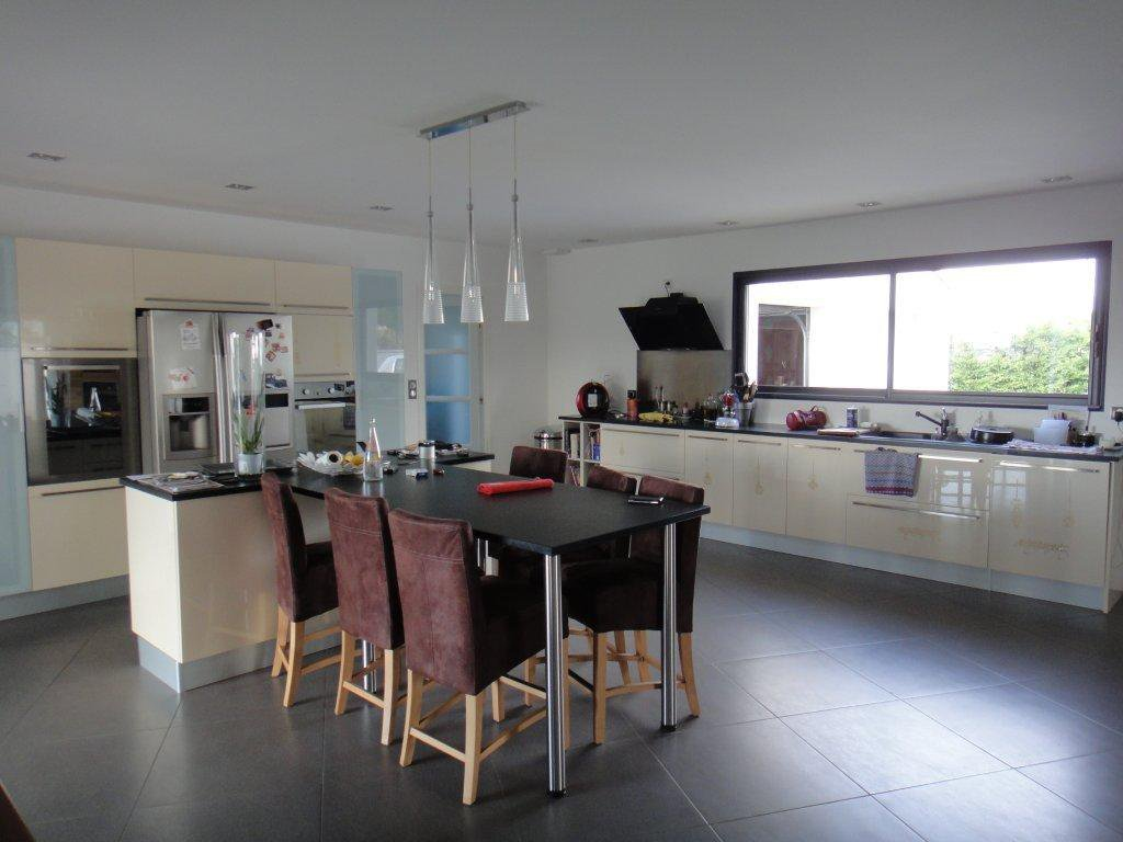 Natural light, stainless steel, kitchen island, kitchen bar
