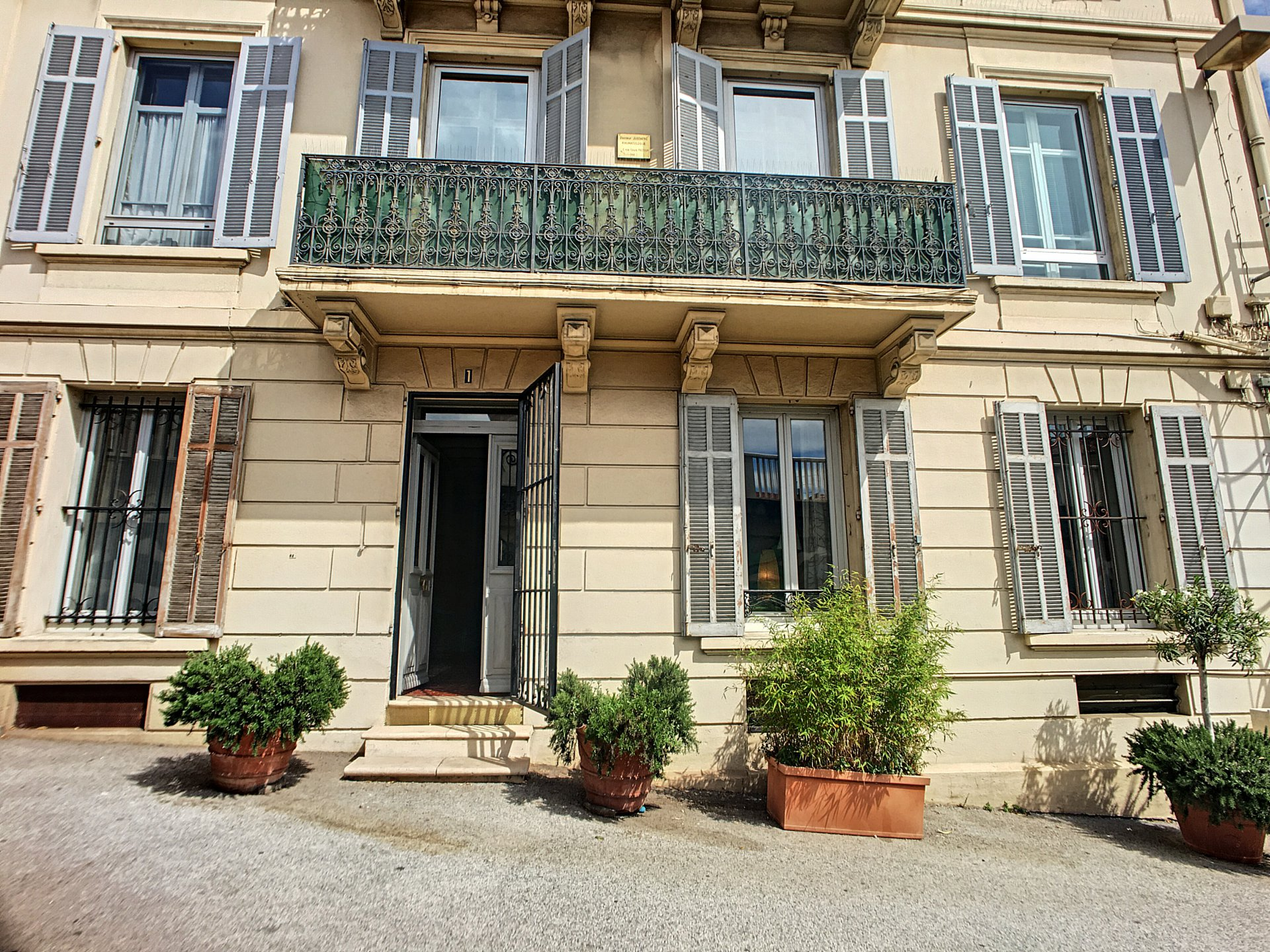 Cannes, 4 rooms of 82 sqm in bourgeois building with cellar