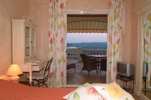 In Saint-Paul de Vence, lovely provençal house with view, ideal for bed & breakfast