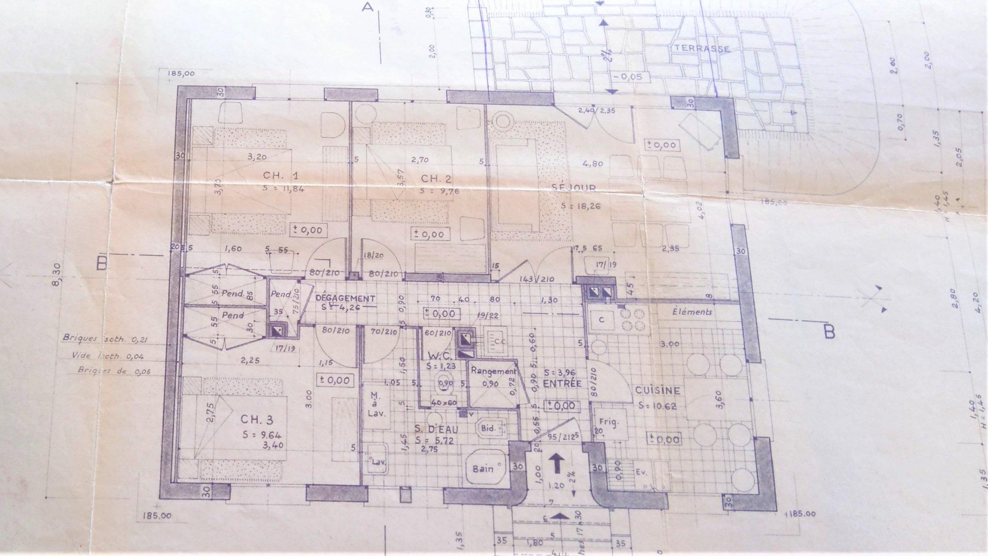 PRIX INTERESSANT. Dans un quartier résidentiel calme, venez découvrir cette maison rénovée de 80 m2. Elle se compose d'une cuisine équipée ouverte sur un salon de 26 m2 lumineux donnant sur une belle terrasse de 10 m2. Vous y trouverez 2 chambres avec placards intégrés et une salle de bains avec douche italienne. Possibilité de créer une 3 ème chambre. En sous sol, vous disposerez d'une surface de 80 m2, l'installation électrique sur facture à été effectuée. Double vitrage PVC. Le tout sur un terrain de 730 m2. Honoraires à la charge des vendeurs.