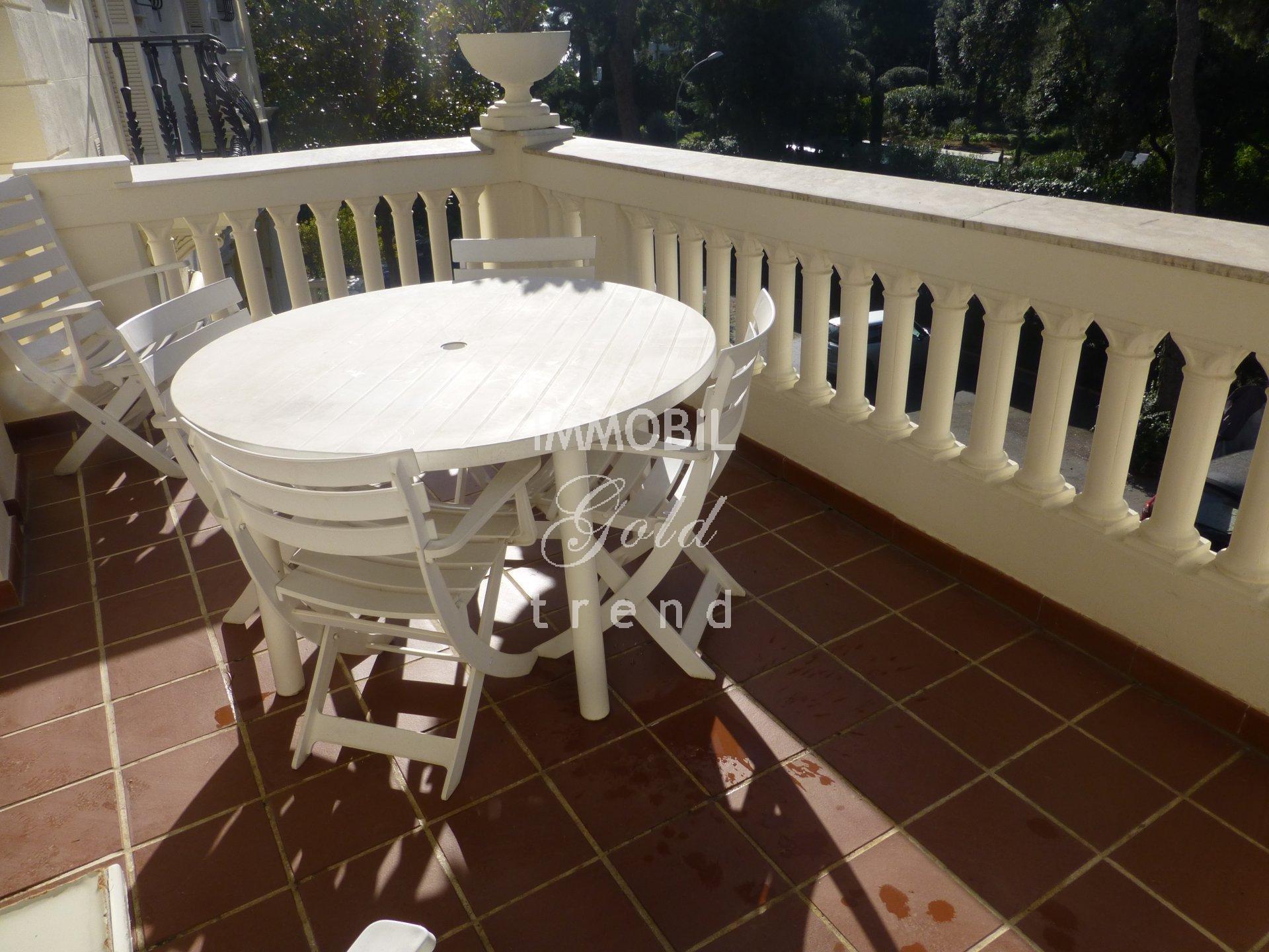Immobilier Roquebrune Cap Martin - A vendre, appartement trois pièces dans une résidence de prestige avec parc et piscine